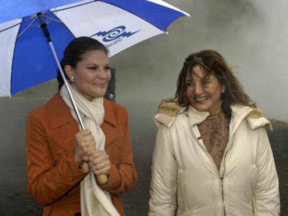 SIDELENGS: Kronprinsesse Victoria opplever at en paraply ikke alltid gjør susen. Foto: Stella Pictures
