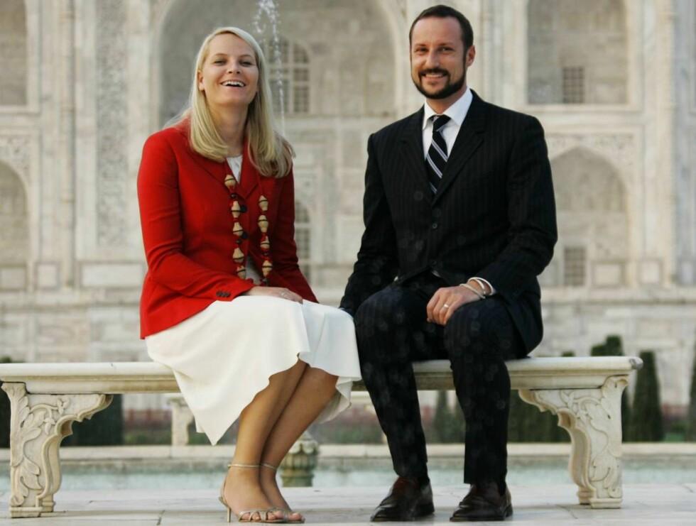 TAJ MAHAL, AGRA, INDIA 20061031: Kronprins Haakon og kronprinsesse Mette-Marit  ved Taj Mahal i Agra. Kronprinsparet besøker India. De to sammen på en benk, hånd i hånd. Mette Marit i rød jakke og hvitt skjørt.Foto: Lise Åserud / SCANPIX Foto: SCANPIX