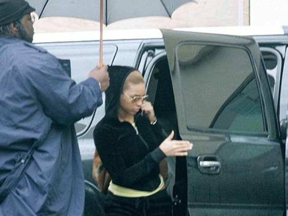 LEVEGG: Beyonce kan glede seg over å ha en stor livvakt med en stor paraply. Foto: Stella Pictures
