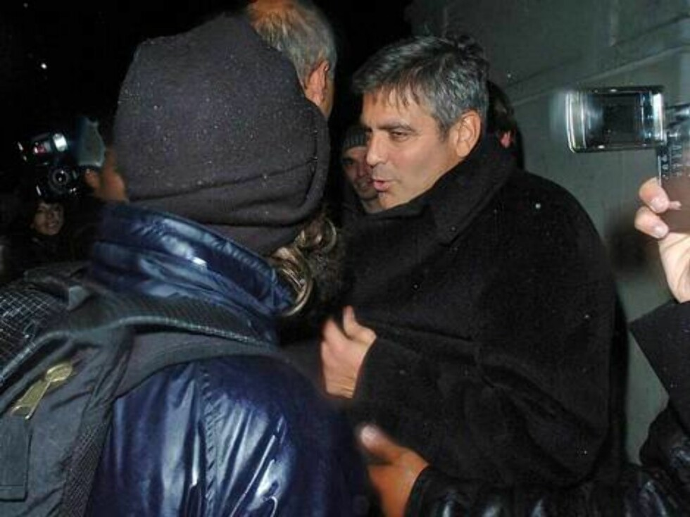 TAPPER: George Clooney tar seg tid til å prate med fansen i det ha forlater restauranten Nobu i London. Foto: Stella Pictures