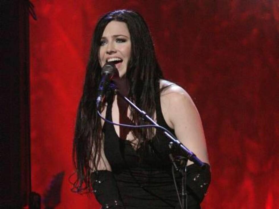 Evanescense-sangerinnen Amy Lee fikk med seg publikum på allsang. Foto: All Over Press
