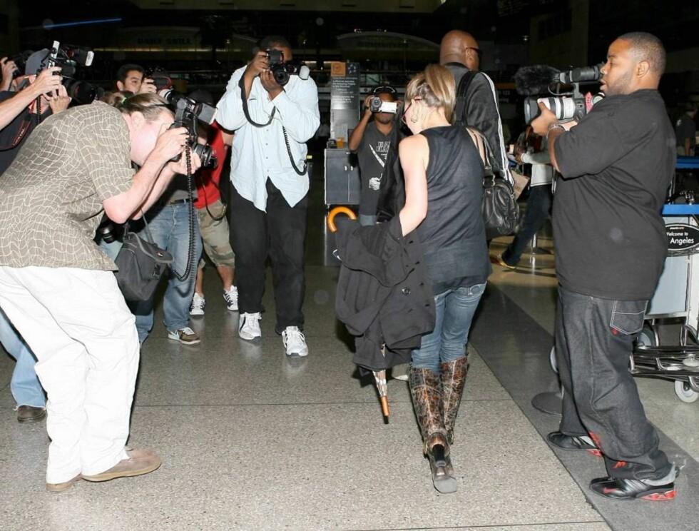 BLITZREGN: Hilary Duff og kjendisfotografene har en tendens til å treffes. Resultatet ser du i Sehers stjernekikkert! Foto: All Over Press