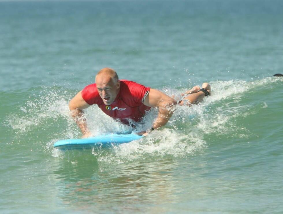 SURFER: Tufte-treneren Erik kastet seg ut i bølgene i Brasil og fikk vist ferdighetene sine på surfebrettet ... Foto: Morten Krogh
