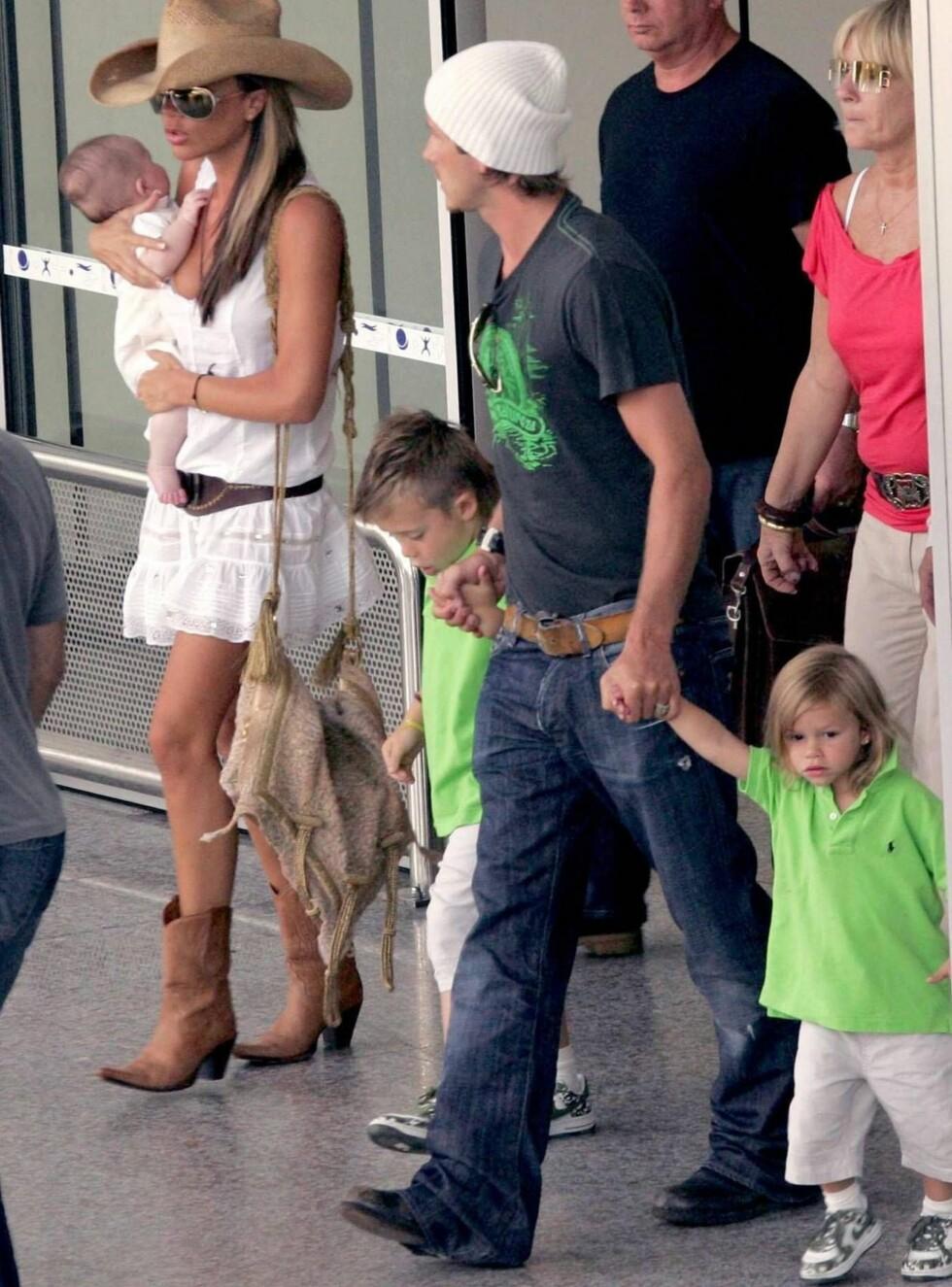 FAMILIE-UTFLUKT Victoria med vesle Cruz på armen, mens pappa David leier Brooklyn og Romeo. Foto: Stella Pictures