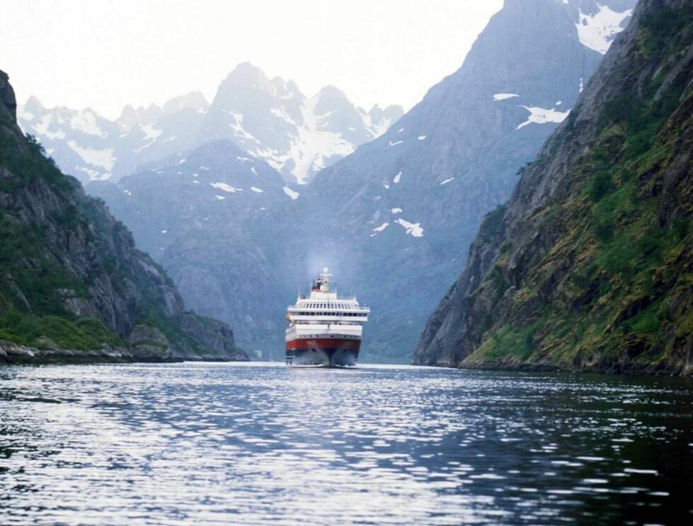 TROLSKSTEMNING: Hurtigruten på ferd gjennom Trollfjorden er populært blant turister. Foto: Hurtigruten Group