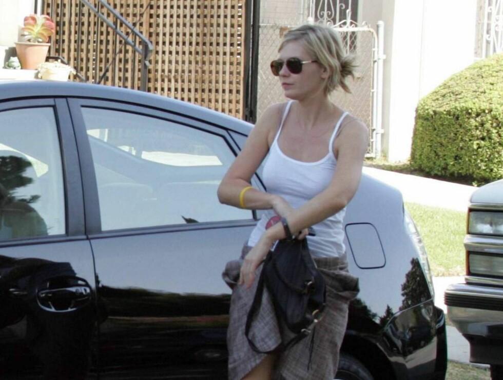 MILJØ: Kirsten Dunst med sin snerte og smarte Toyota Prius. Foto: All Over Press