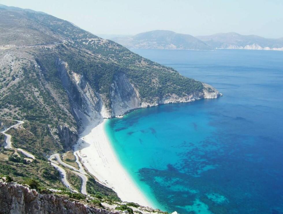 BLIKKFANG: Myrtos Beach på Kefalonia er Hellas' mest populære og mest fotograferte strand. Neste sommer arrangerer Star Tour charterturer hit. Foto: Erik Valebrokk