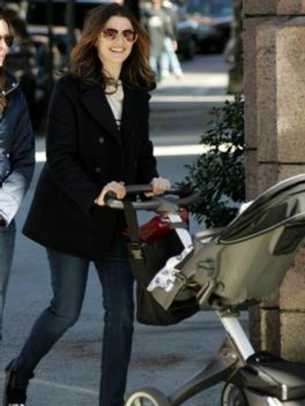 TRILLE BARNEVOGN: Rachel Weisz er en av mange mødre sliter med å få tid til å trene, men kjapp gange med barnevognen gjør susen! Foto: Stella Pictures