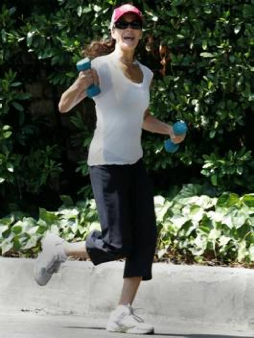 JOGGING: En halvtime jogging forbrenner opptil 300 kalorier. Og når man jogger utendørs som Teri Hatcher, er det mye morsommere og bedre for sjelen. Foto: Stella Pictures