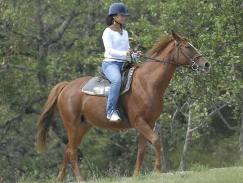 RIDNING: Alicia Keys er en av mange stjerner som trives på hesteryggen. Ridning er flott for lårene og forbrenner rundt 192 kalorier i halvtimen. Foto: Stella Pictures