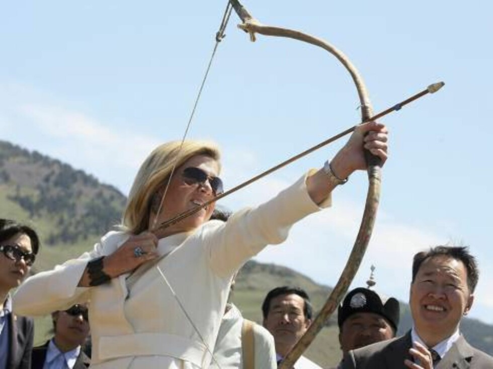 ULAN BATOR, MONGOLIA - JUNE 16: Dutch Crown Princess Maxima tries her hand at archery at Naadam on  June 16, 2006 in Ulan Bator, Mongolia. Dutch Crown Prince Willem Alexander and Crown Princess Maxima are on an official visit to Mongolia which celebrates Foto: All Over Press