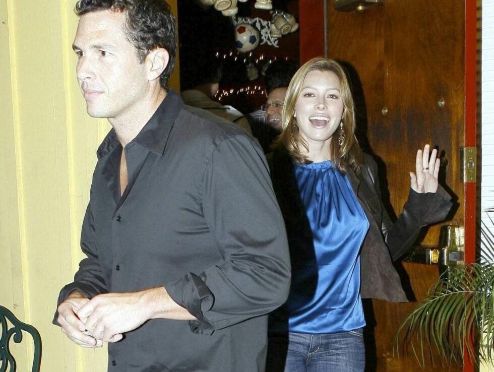 VELLYKKET DATE?: Jessica var et eneste stort smil da hun forlot restauranten Dan Tana's med Eric Newman. Foto: All Over Press