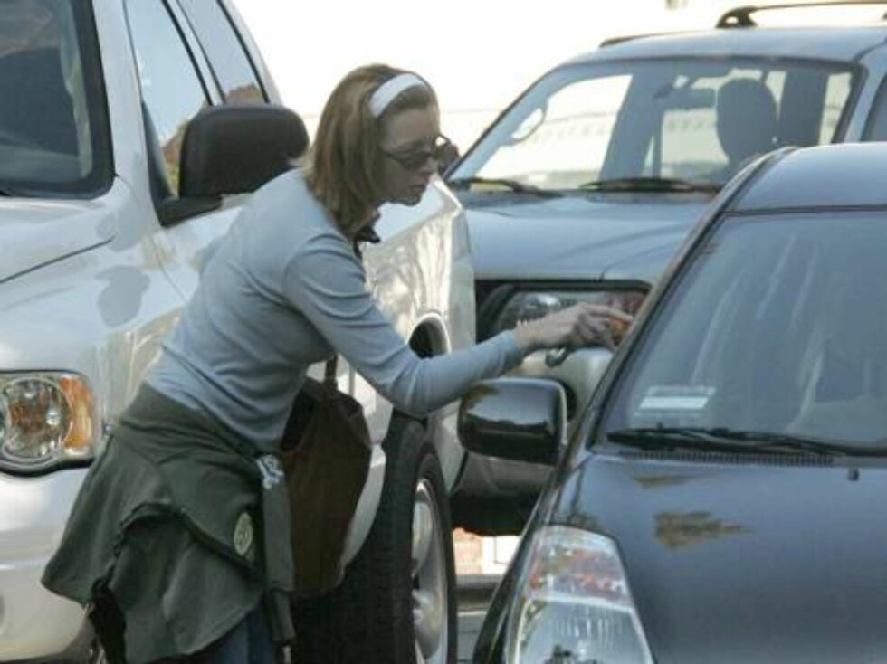 Los Angeles 20050209  Lisa Kudrow takes her new Prius to Jen and Brad's house on a sunny after.  Aniston has been noticeably surrounding herself with close friends, including Kudrow.  Photo: Fame Pictures Code:4002  COPYRIGHT STELLA PICTURES Foto: Stella Pictures