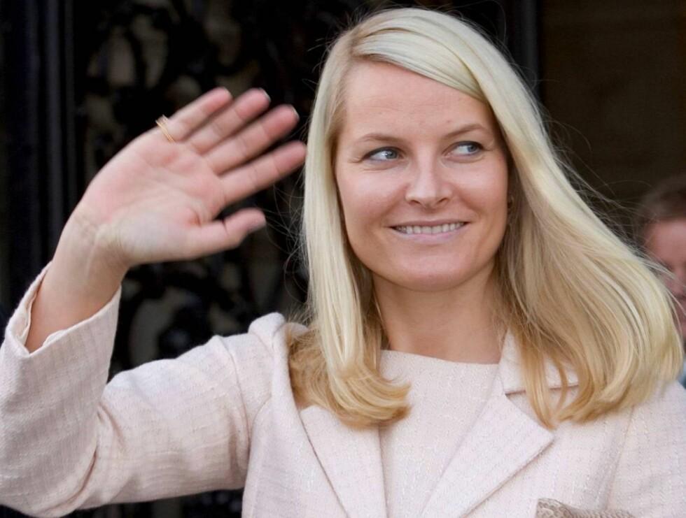 STRÅLENDE SMIL: Kronprinsesse Mette-Marit tok seg god tid utenfor rådhuset i Hamburg onsdag. Både før og etter lunsj stoppet hun opp og vinket og smilte til de mange hundre fremmøtte. Og det var nok mange som gikk derfra med et minne for livet.  Foto: All Over Press, Antony Jones