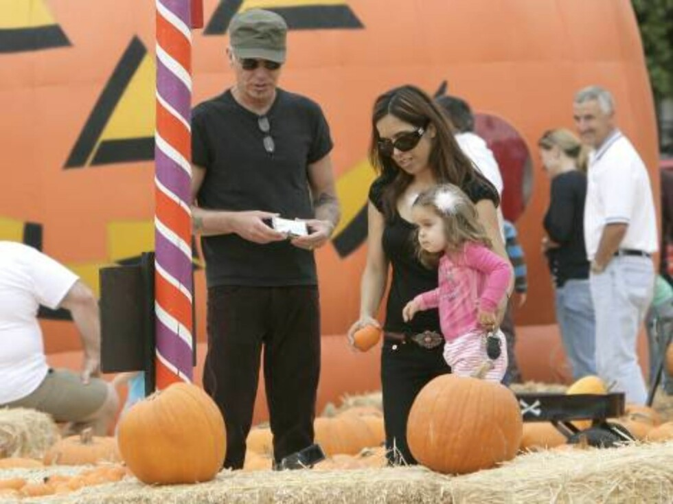 Billy Bob Thornton finds himself a 'nice round pumpkin' a the Pumpkin Patch in West Hollywood, CA, USA, on October 15, 2006, along with his wife Connie Angland and daughter Bella. The family spent an hour selecting the prize pumpkin and Billy Bob shot vid Foto: Stella Pictures