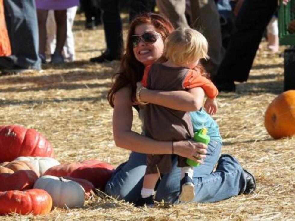 STOLT MAMMA: Debra Messing fikk lille Roman i 2004. Men etter fødselen ble skjønnheten både deprimert og frustrert... Foto: All Over Press