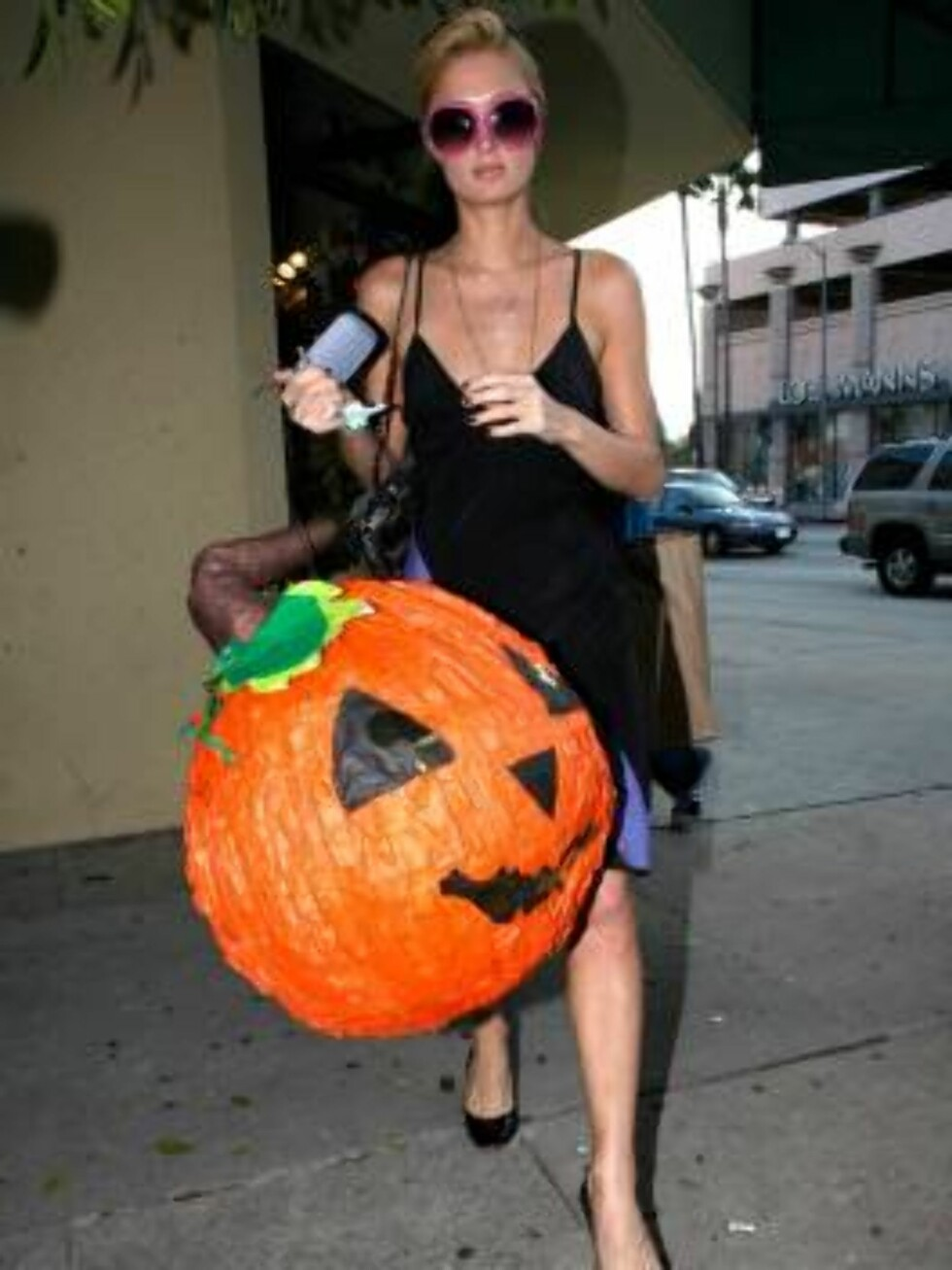 Paris Hilton buys Halloween decoration in Hollywood Oct 10, 2006 X17agency exclusive Foto: All Over Press