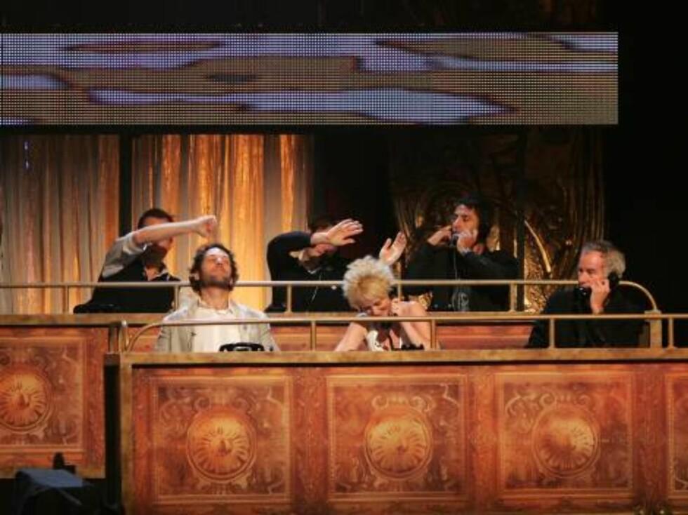 Skuespillerne Will Arnett, Amy Poehler, Will Forte, Paul Rudd, Amy Sedaris sammen med tennisstjernen John McEnroe tok i mot telefonene. Foto: All Over Press