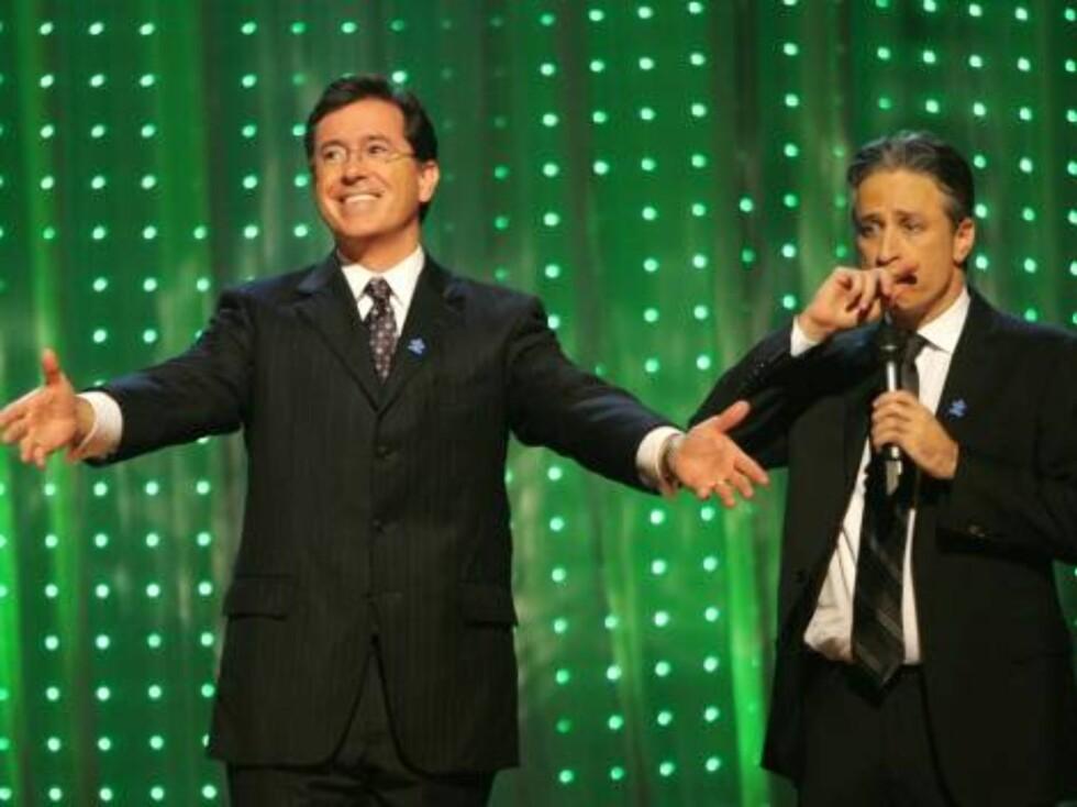 Komikeren Stephen Colbert og verten Jon Stewart lager moro. Foto: All Over Press