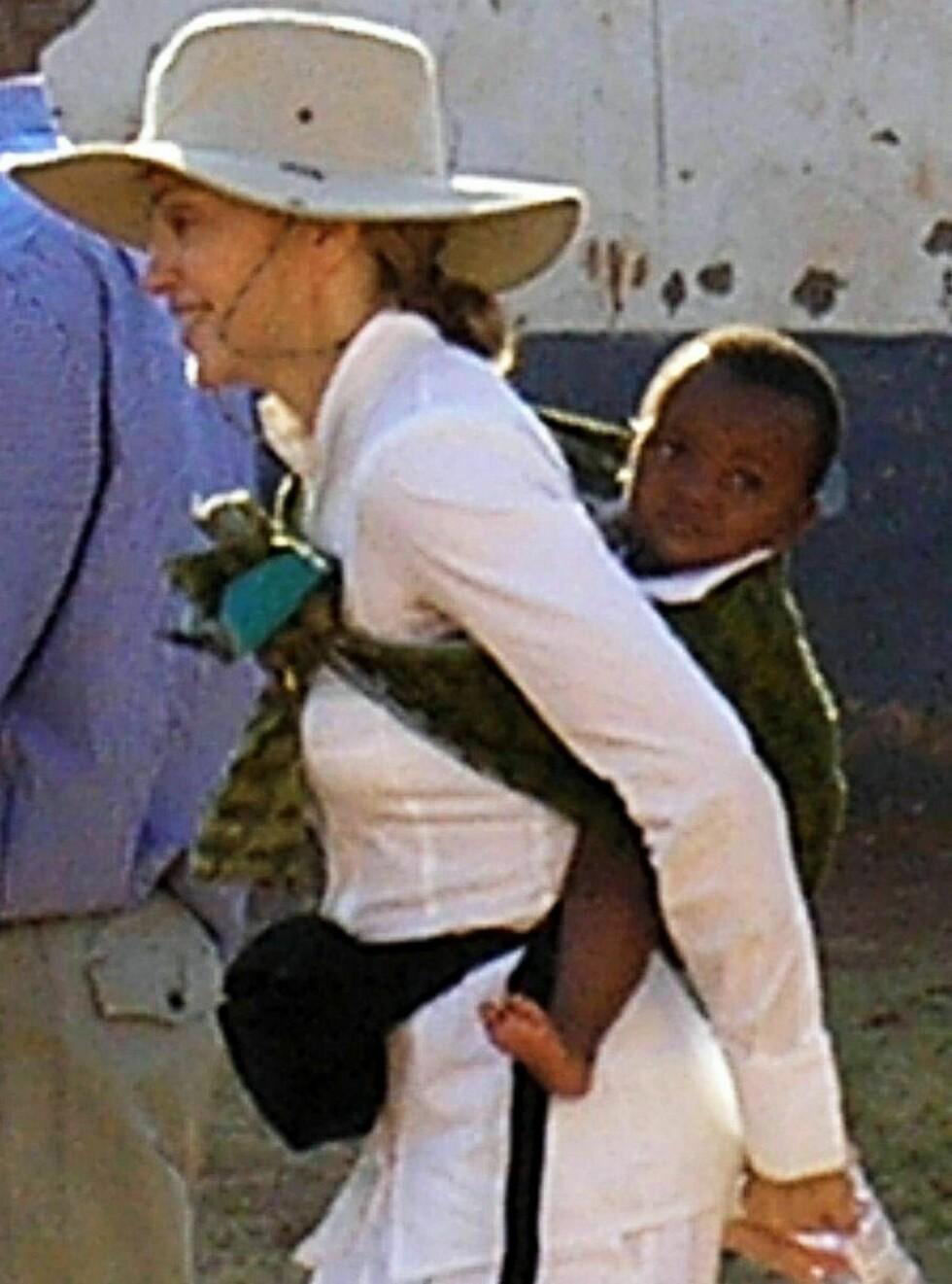 I AFRIKA: Madonna adopterte ettårige David fra Malawi. Nå ønsker hun seg en jente fra samme landsby!  Foto: BULLS