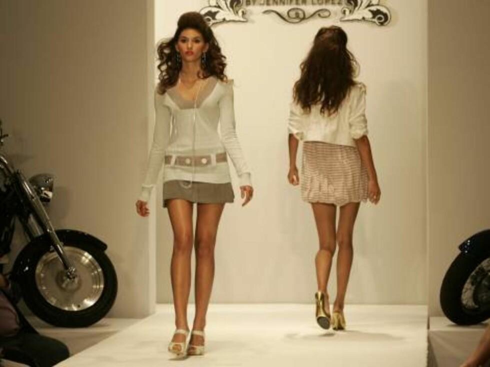 Models wearing the Jennifer Lopez fashion line JLO  walks down the runway during Fashion Week Miami Beach in Miami Beach, Fla. Thursday, Oct. 12, 2006. Lopez is premiering two fashion lines in Miami Beach, JLO and Sweetface. (AP Photo/Lynne Sladky) Foto: AP