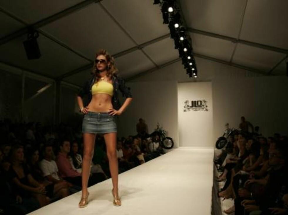 A model wearing the Jennifer Lopez fashion line JLO  walks down the runway during Fashion Week Miami Beach in Miami Beach, Fla. Thursday, Oct. 12, 2006. Lopez is premiering two fashion lines in Miami Beach, JLO and Sweetface. (AP Photo/Lynne Sladky) Foto: AP