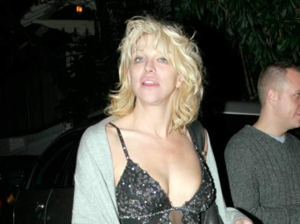 Rockebaben Courtney Love sa seg nylig skyldig i å ha slått en mann i hodet med en mikrofon i New York - og å ha angrepet en kvinne med en flaske Whiskey. Foto: All Over Press