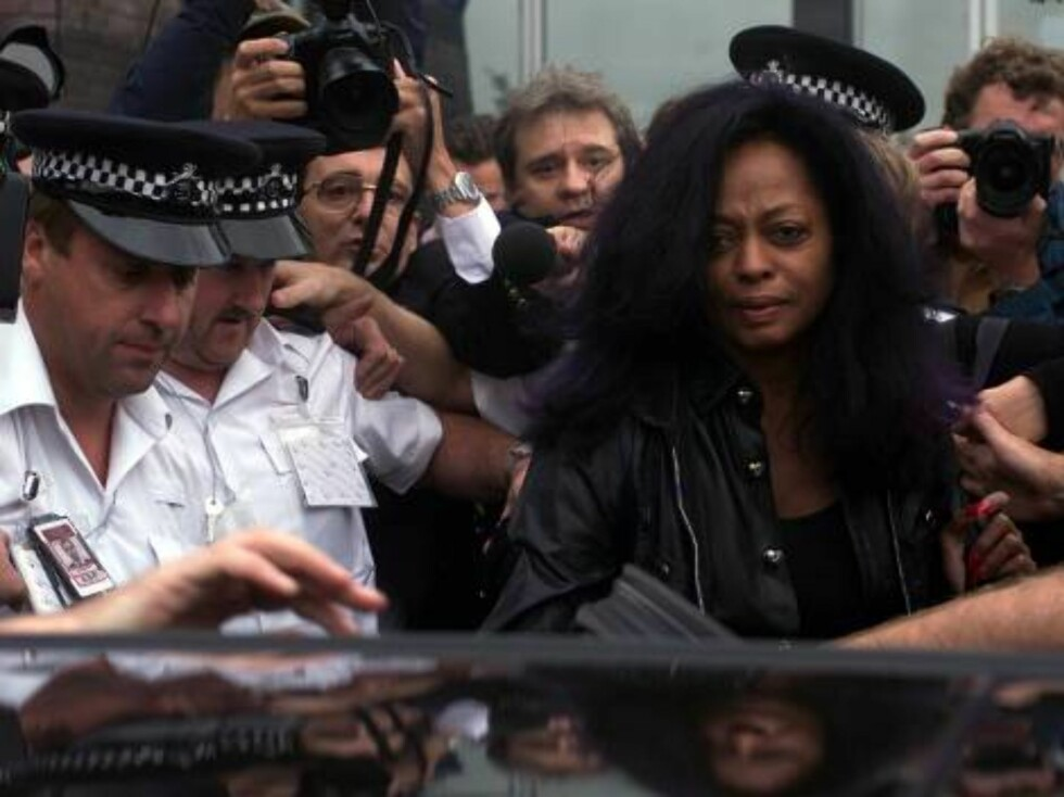 Police and media escort American singer Diana Ross into a waiting car after leaving Heathrow police station Wednesday September 22, 1999, on her way back to the airport.  Ross was arrested and taken to the Heathrow airport police station after she alleged Foto: AP/Scanpix