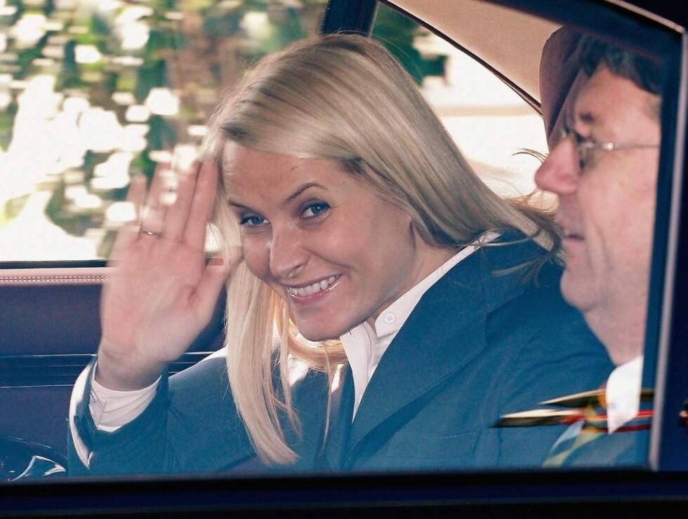 TITT-TEI: Mette-Marit hilste blidt til fotografene da hun ankom Hamburg i dag. Her i bilen sammen med ambassadør Bjørn Tore Godal.  Foto: All Over Press