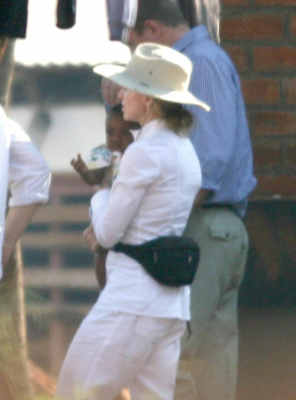 BARNEKJÆR: Madonnas talskvinne bekrefter adopsjonen. Nå venter superstjernen på å få David hjem til London. Foto: Mirrorpix
