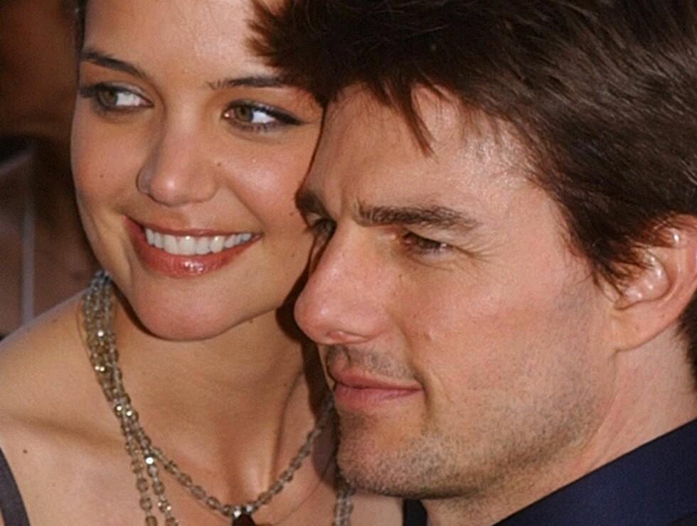 SAMMEN: Katie og Tom har vært forlovet i over et år. Nå ringer bryllupsklokkene! Foto: AP/Scanpix