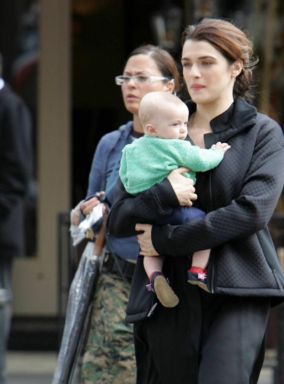 FAMILIELYKKE: Rachel Weisz og ektemannen Darren Aronofsky (37) fikk sønnen i juni i år.  Foto: Stella Pictures