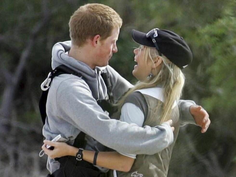 FORELSKET: Nå vil Harry ha Chelsy til England, men hun tviler. Foto: colourpress.com