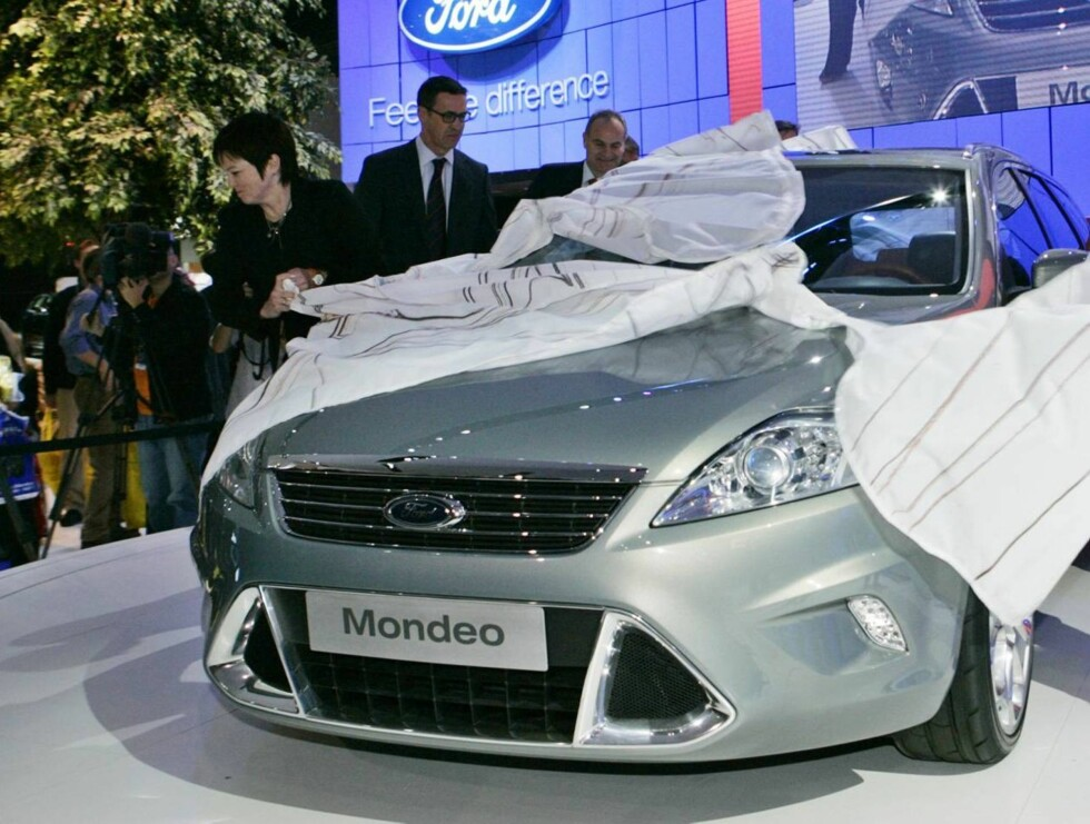 NY BIL: Det skal ikke stå på kjøretøyet når James Bond redder verden. Dekkoperasjoen var intens før Ford presenterte bilen på en bilmesse tidligere i år. Foto: AP