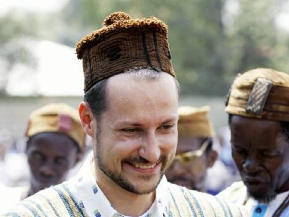 """BILDET KOMMER FRA SCANPIX Magburaka, Sierra Leone, 20050210: Kronprins Haakon har denne uken vært på et femdagers besøk i Sierra Leone i Vest-Afrika, som goodwillambassadør for UNDP (FNs utviklingsprogram). Onsdag ble han kronet til høvding, """"Parok  Foto: SCANPIX"""