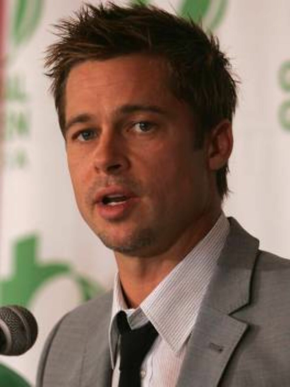 NEW ORLEANS - AUGUST 31:   Actor Brad Pitt attends a press conference announcing the eco design award winners on August 31, 2006 in New Orleans, Louisiana. Pitt and Global Green USA created a sustainable design architecture competition to showcase afforda Foto: All Over Press