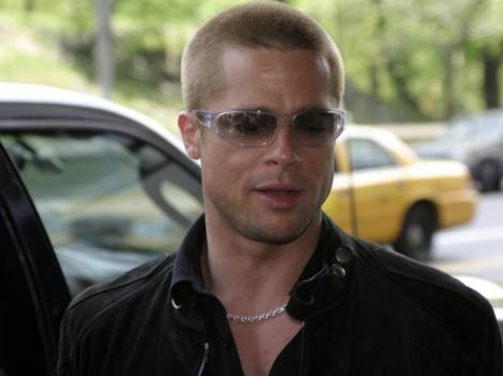 """NEW YORK - MAY 1:  Brad Pitt arrives at the Essex Hotel for a press junket for his movie """"Troy"""" May 1, 2004 in New York City.  (Photo by Zack Seckler/Getty Images) / ALL OVER PRESS50789602ZS002_candids *** Local Caption *** Brad Pitt Foto: All Over Press"""