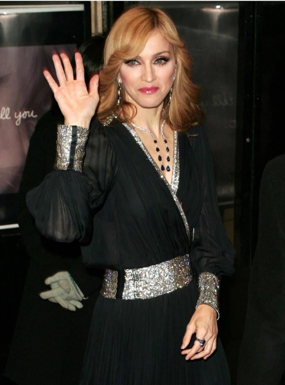 SNAKKER UT: Madonna tar bladet fra munnen i Oprahs sofa. Foto: All Over Press