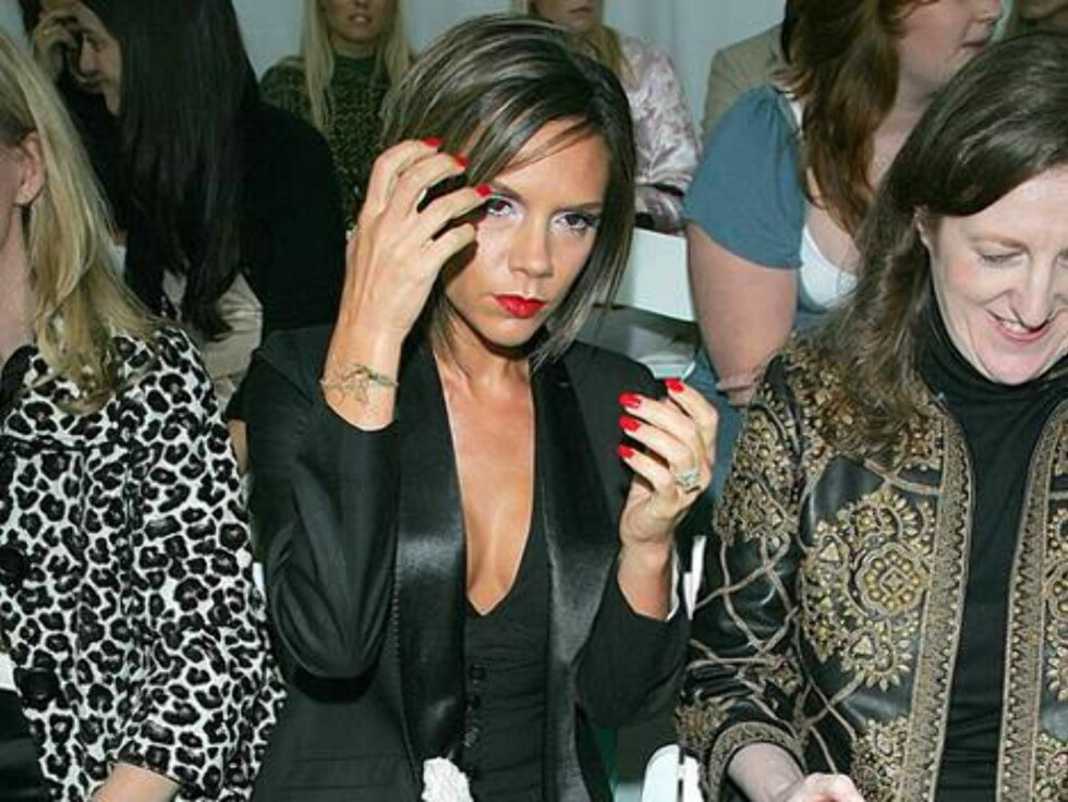 HEI SVEIS: Victoria Beckham kan ikke la være å ta seg i håret. Foto: Stella Pictures