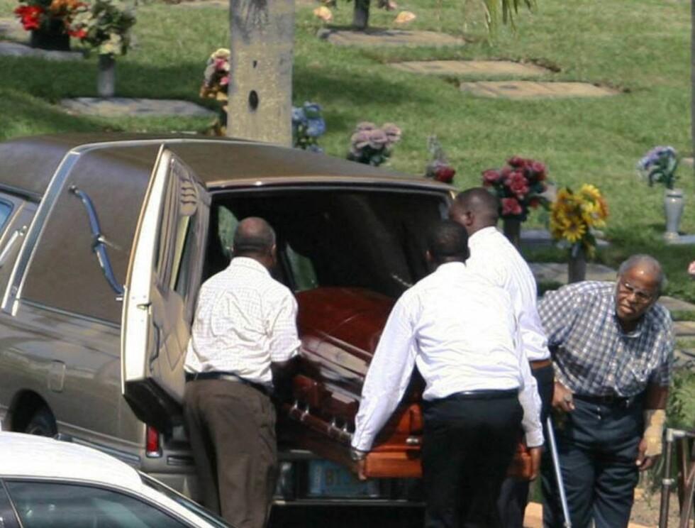KISTE: David ble begravd i en vakker mahogny-kiste. Foto: AP/Scanpix