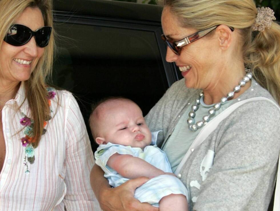 TREBARNSMOR: Sharon har adoptert tre gutter. Dette er den yngste lille Quinn. Foto: All Over Press