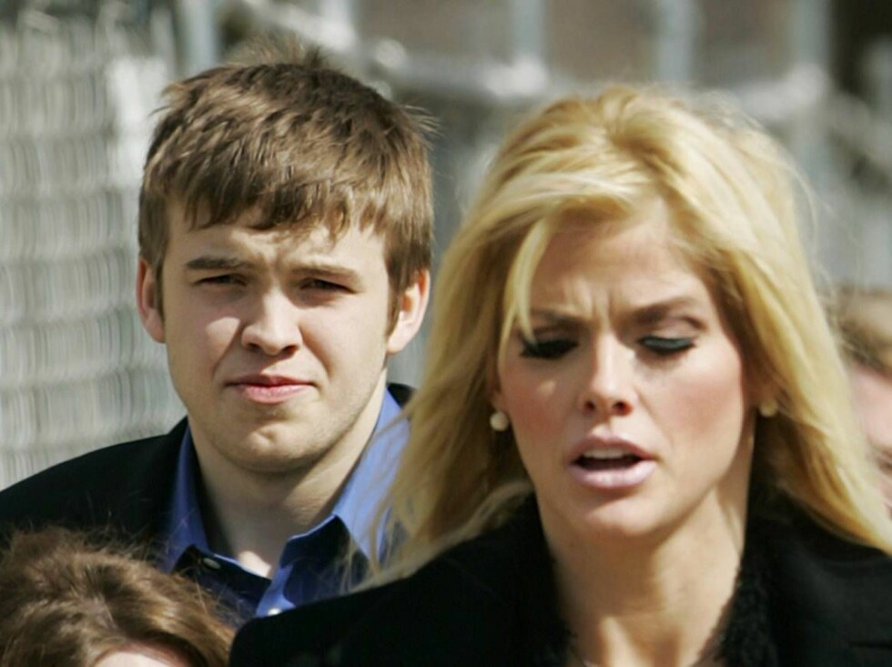 Anna Nicole Smith, right, leaves the U.S. Supreme Court in Washington with her son Daniel Smith in this  Feb. 28, 2006 photo. Authorities issued a death certificate for Daniel Smith, who died Sept. 10 at his mother's hospital bedside in the Bahamas, but l Foto: AP