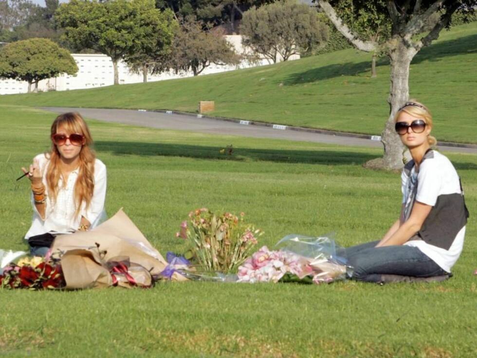SOLSKINNSHISTORIE: De gamle venninnene Paris og Nicole viser for all verden at de er venner igjen etter et langvarig uvennskap. Foto: All Over Press