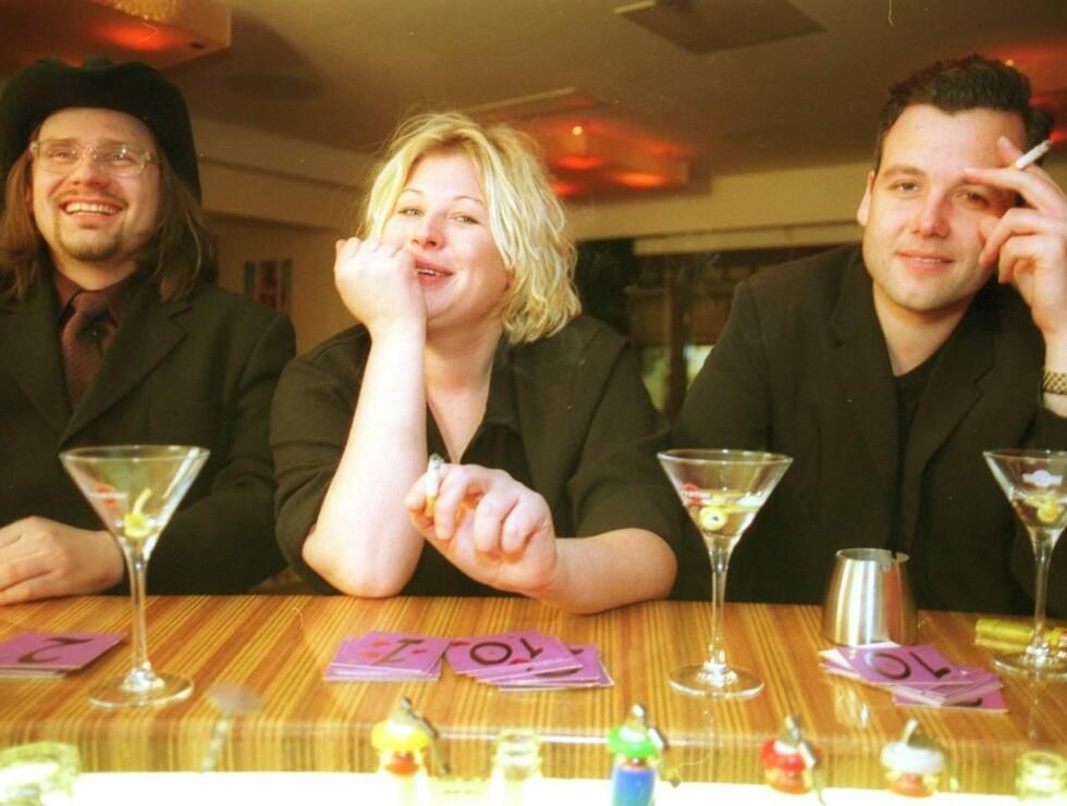 DA ALT BARE VAR IDYLL: Ari, Anne-Kat. og Per Heimly drikker drinker på TV-kanalen Metropol regning i 2001. Nå får de to sistnevnte så hatten passer i Aris nye bok. Foto: Aftenposten/Scanpix