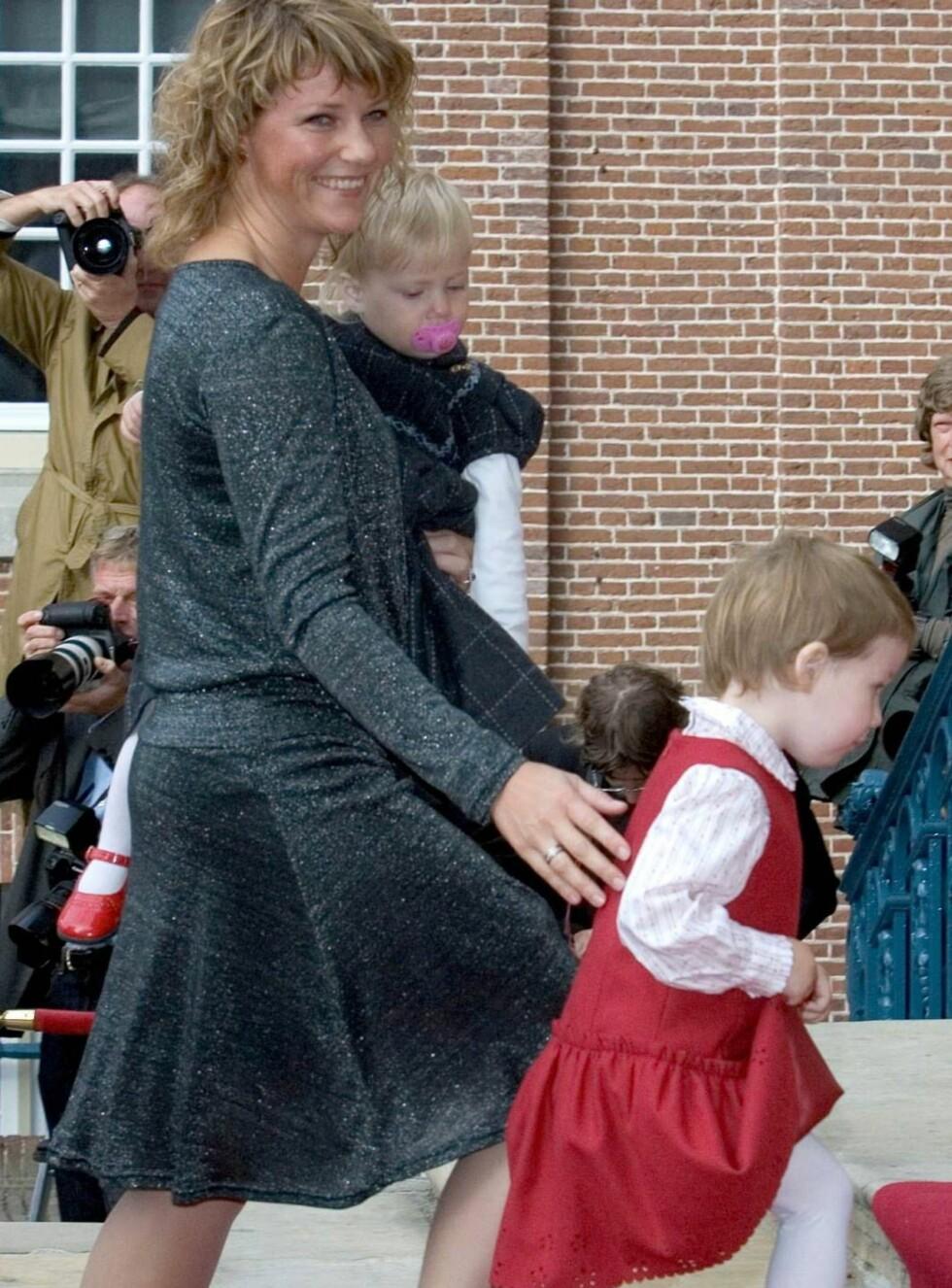 STOLT MAMMA: Prinsesse Märtha Louise og hennes to døtre ankommer Paleis Het Loo. Maud Angelica viser stolt frem sin røde spencerkjole, mens Leah Isadora koser seg med smokken.