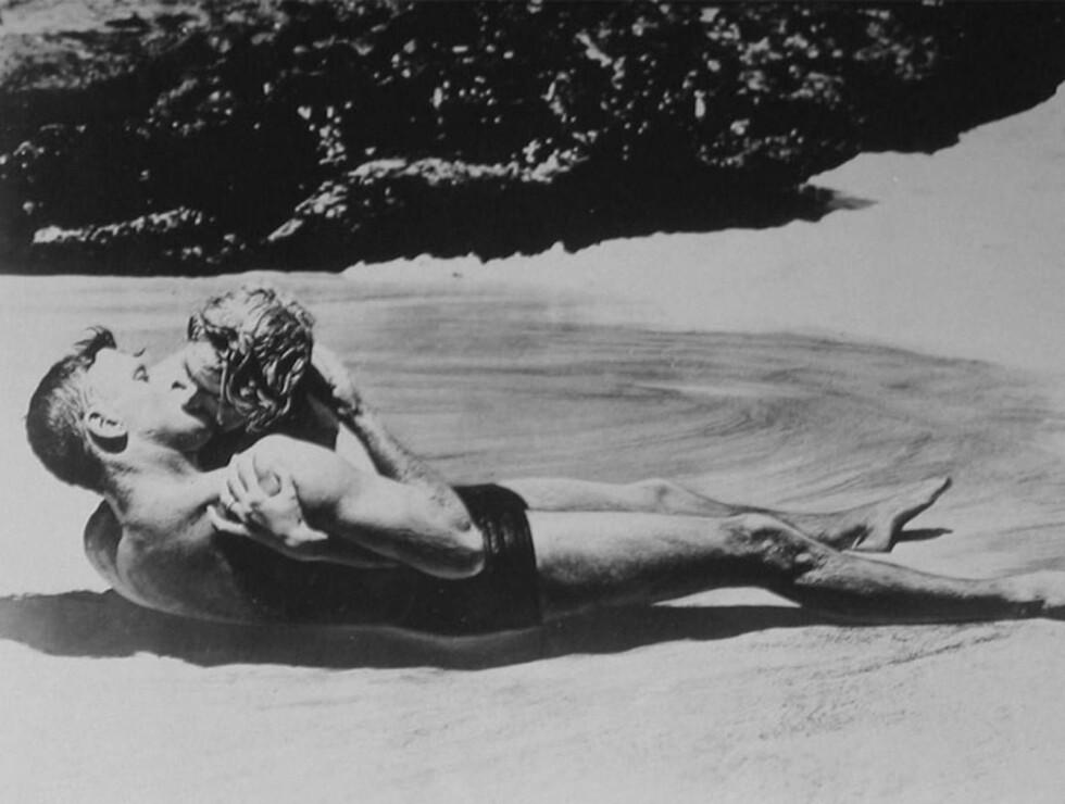 """VANT: Det erotiske kysset i """"Herfra til Evigheten"""" stakk av med seieren. Vi kan se hvorfor! Foto: Filmweb"""