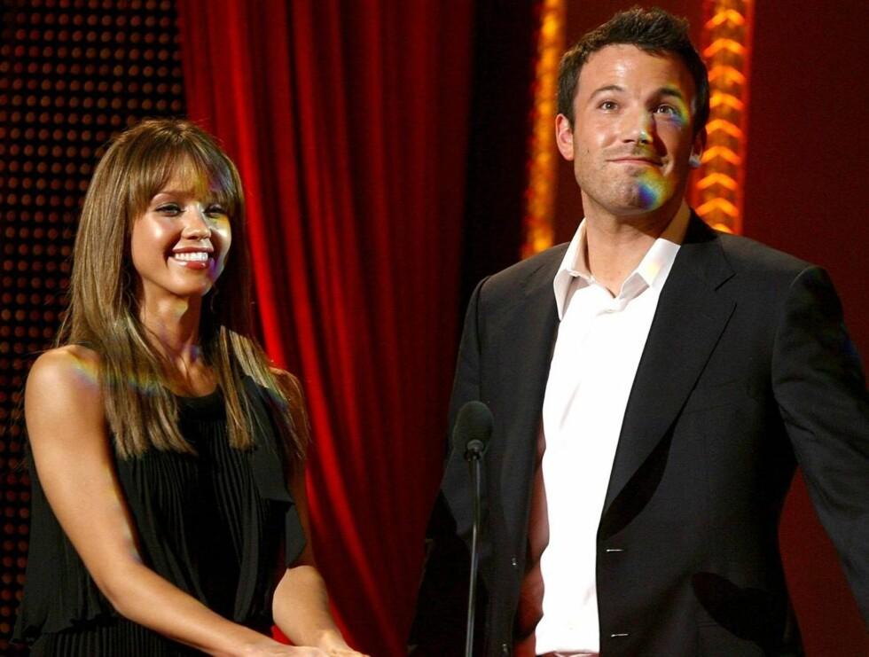 SMILTE: Jessica Alba og Ben Affleck delte ut priser. Foto: All Over Press