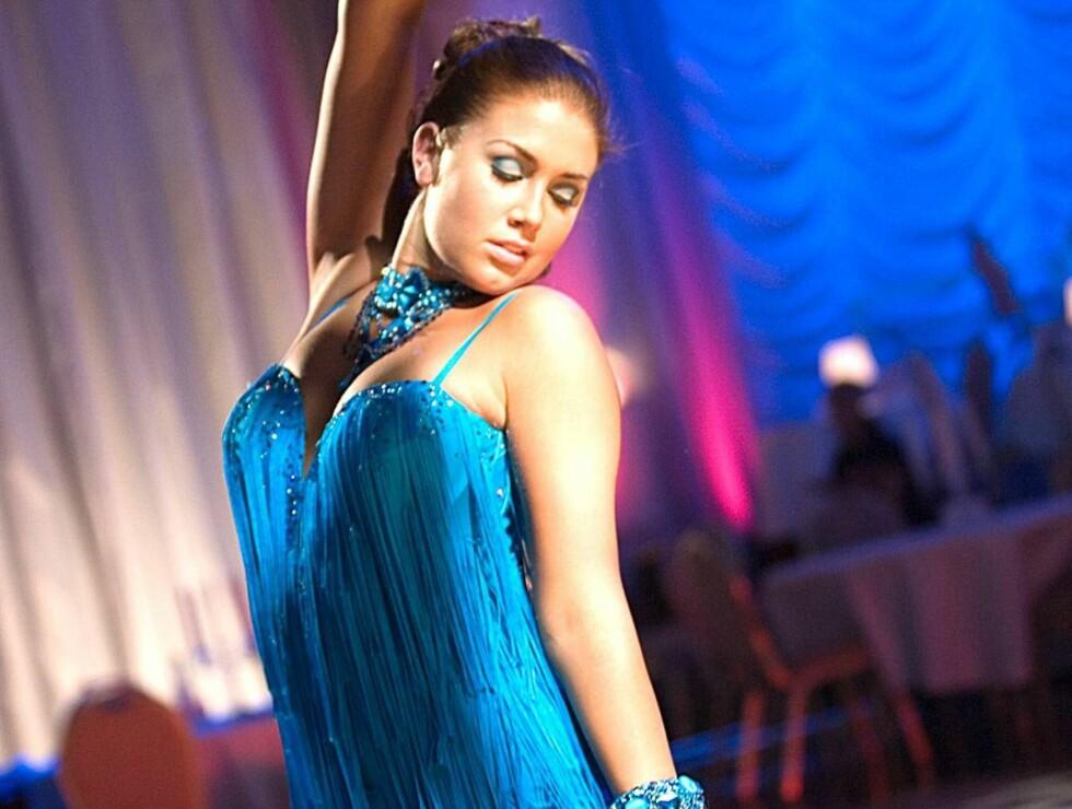 """VAKKER: - Tone er så fresh og vakker, at det ikke er nødvendig å gjøre henne mer sexy, sier kostymeansvarlig for """"Skal vi danse?"""". I kveld blir det kort rød kjole med frynser. Foto: Paul Weaver/TV 2"""