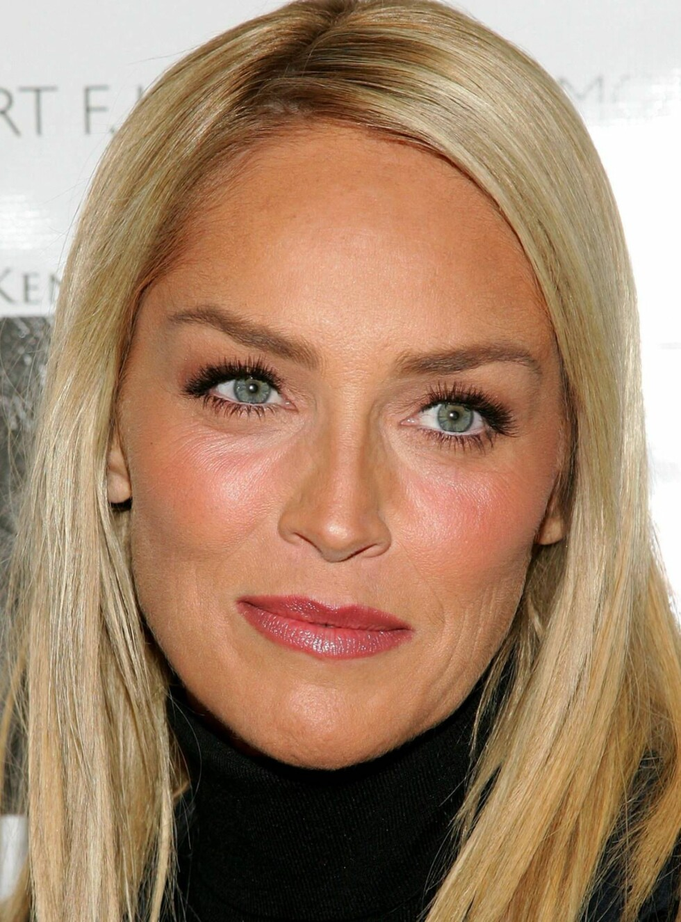 VAKKER: Klarer du å se at denne blondinen er 48 år? Foto: All Over Press