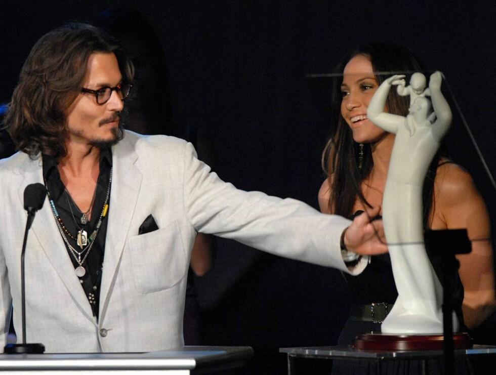 VANT: Jennifer Lopez ga Johnny Depp en gjev pris. Foto: AP/Scanpix
